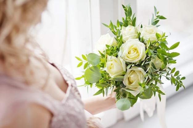 Beau Bouquet De Mariée Dans Une Main Photo Premium