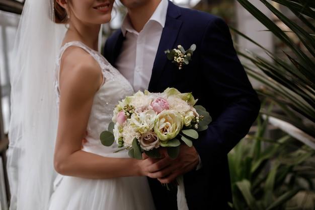 Beau Bouquet De Mariée Dans Les Mains De La Mariée Photo Premium