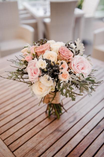 Beau bouquet de mariée. fleuristerie de mariage Photo Premium