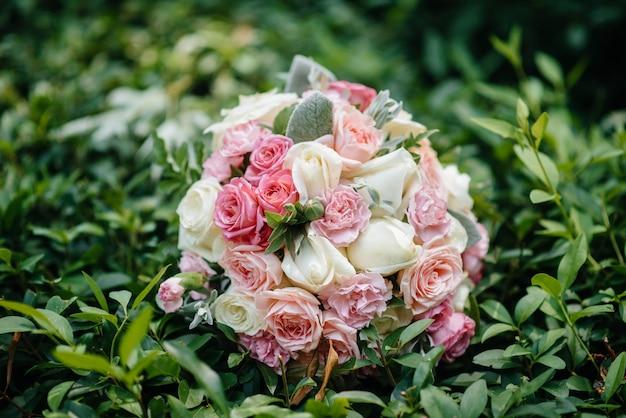 Beau Bouquet De Mariée Sur L'herbe Verte Un Jour D'été Photo Premium