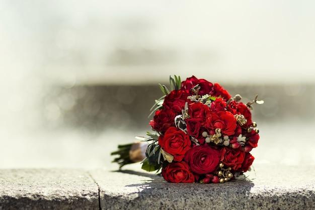 Beau Bouquet De Mariée Mariée Allongé Sur La Pierre Photo Premium