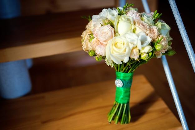 Beau bouquet de mariée avec des roses blanches et roses pour la mariée. Photo Premium