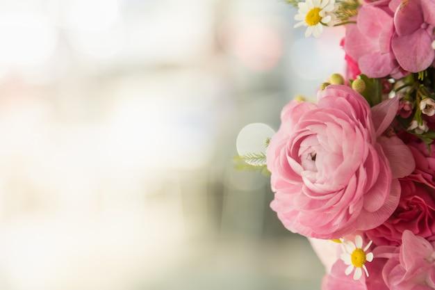 Beau bouquet de roses roses et de nombreuses fleurs Photo Premium
