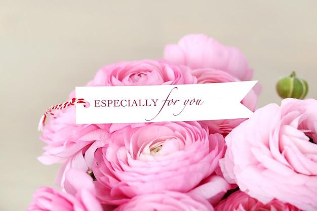 Beau bouquet sur la table Photo gratuit