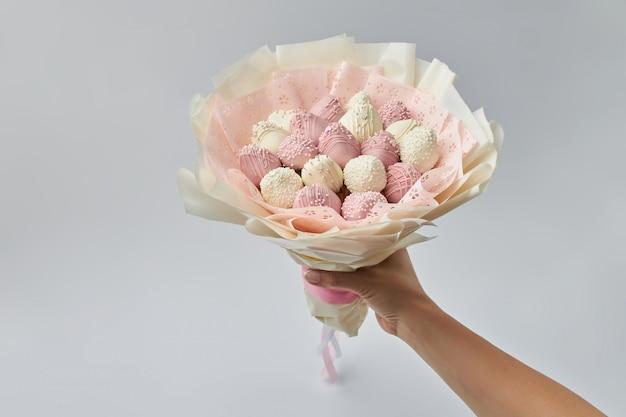 Beau bouquet tendre de fraises mûres Photo Premium