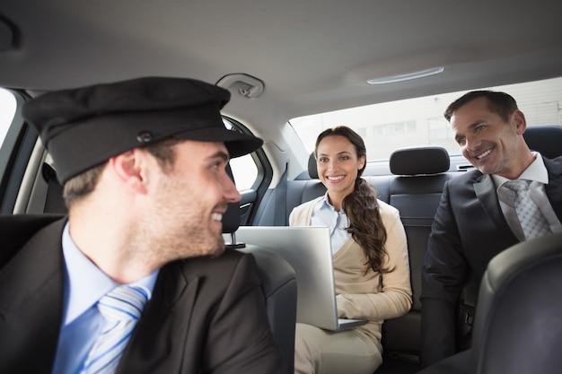 Beau chauffeur souriant aux clients Photo Premium