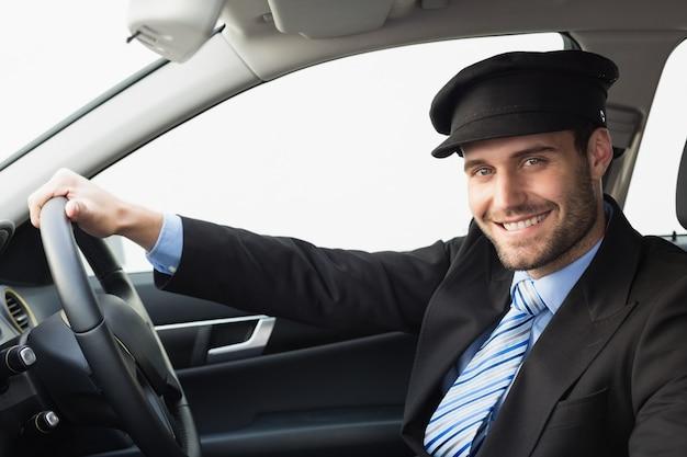 Beau chauffeur souriant à la caméra Photo Premium