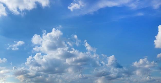 Beau ciel bleu avec des nuages blancs Photo gratuit