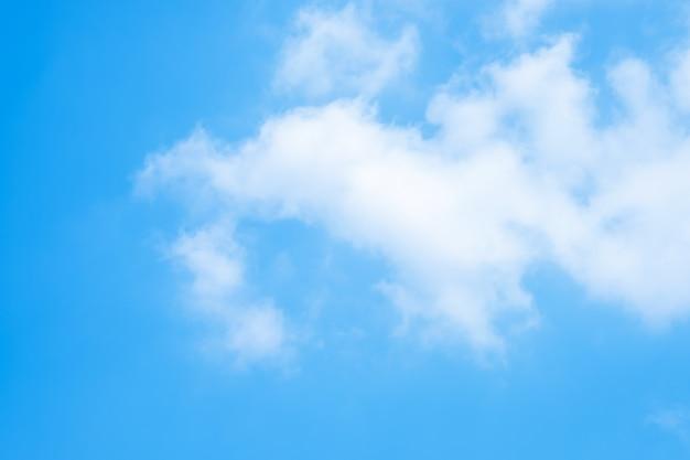 Beau ciel bleu nuages pour le fond. Photo Premium