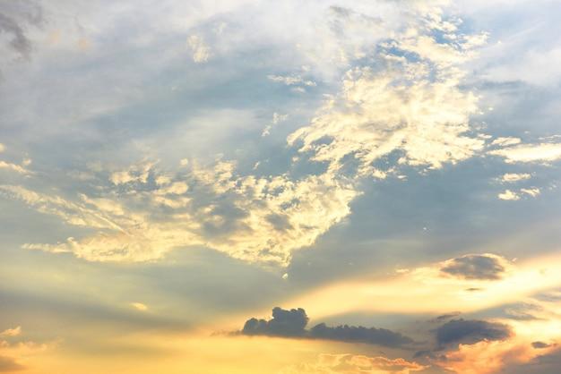 Beau Ciel Coucher De Soleil Au-dessus Des Nuages Avec Une Lumière Dramatique. Ciel Avec Nuage Avant Le Coucher Du Soleil Photo Premium