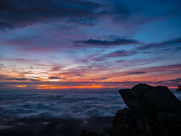 Beau Ciel De Lever Du Soleil Avec Silhouette Falaise Rocheuse Le Matin Sur La Montagne Khao Luang Dans Le Parc National De Ramkhamhaeng, Province De Sukhothai En Thaïlande Photo Premium