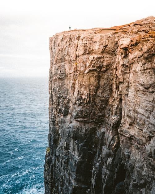 Beau Cliché D'un Haut Rocher Au Bord De La Mer Photo gratuit