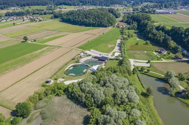 Beau Cliché De La Station Verte Et Du Parc Aquatique Entouré D'arbres Et D'un Grand Champ Photo gratuit