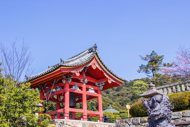 Beau clocher à l'intérieur du temple kiyomizu-dera. Photo Premium