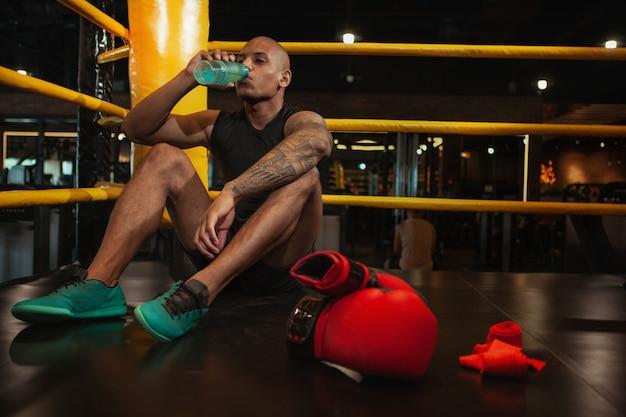 Beau combattant africain de boxe, formation au gymnase Photo Premium