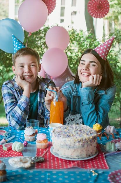 Beau concept d'anniversaire avec une famille heureuse Photo gratuit