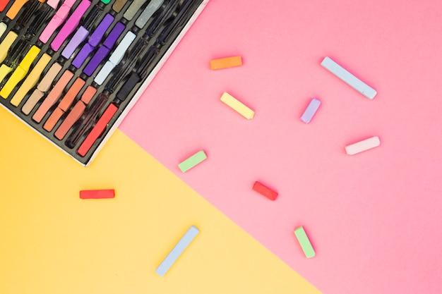 Beau concept d'artiste avec des craies colorées Photo gratuit