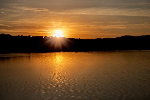 Beau coucher de soleil aux couleurs dorées Photo Premium