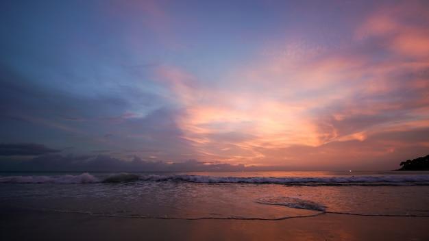 Beau coucher de soleil et ciel crépusculaire à la plage Photo Premium