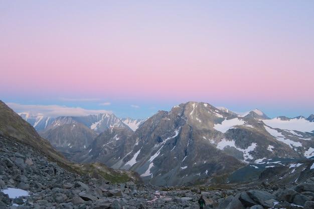 Beau coucher de soleil dans les montagnes de l'altaï. vue panoramique de la crête de la montagne. Photo Premium
