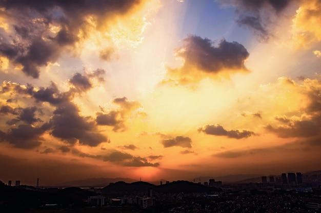 Beau coucher de soleil dans la ville Photo gratuit