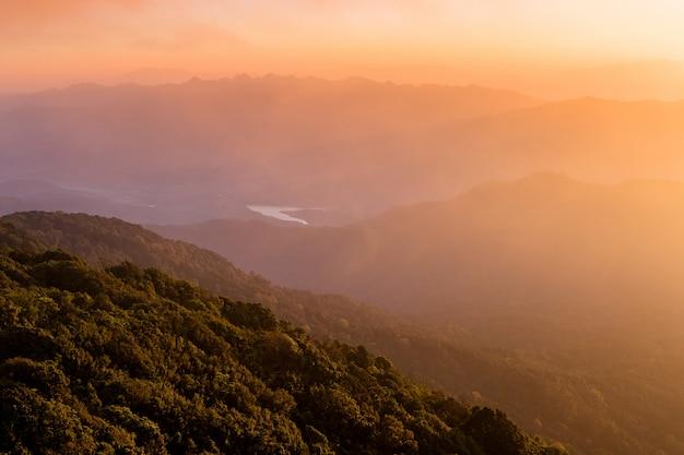 Beau coucher de soleil ou lever de soleil sur la montagne Photo Premium