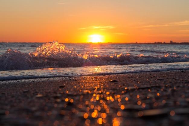 Beau coucher de soleil sur la mer Photo Premium