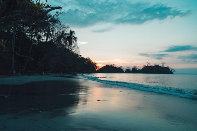 Beau coucher de soleil sur mer Photo gratuit