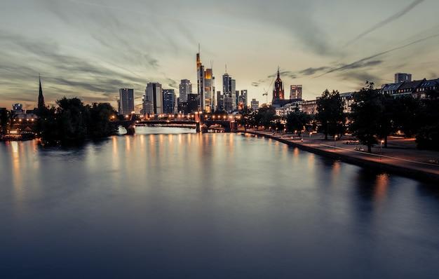 Beau coucher de soleil sur un paysage de la ville Photo gratuit