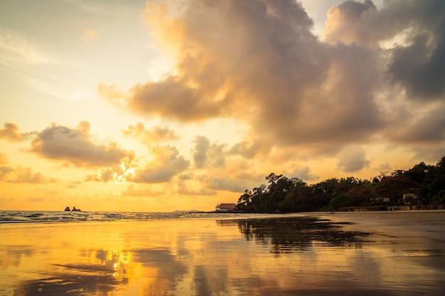 Beau coucher de soleil sur la plage et la mer Photo gratuit