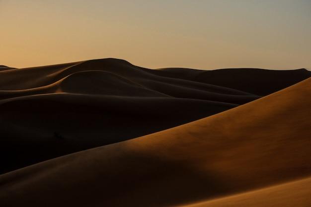 Beau Coup De Dunes De Sable Avec Ciel Clair Photo gratuit