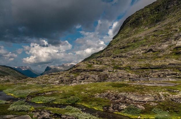 Beau Coup De Hautes Formations Rocheuses Couvertes D'herbe En Norvège Photo gratuit