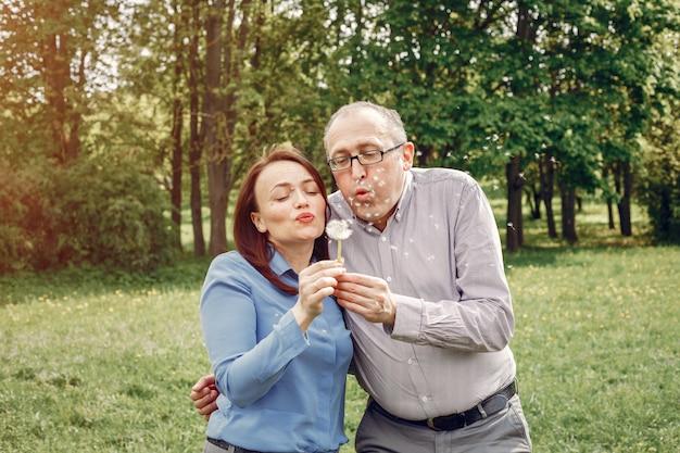 Beau couple adulte dans une forêt en été Photo gratuit