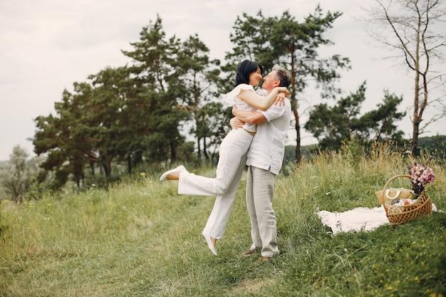 Beau couple adulte passe du temps dans un champ d'été Photo gratuit