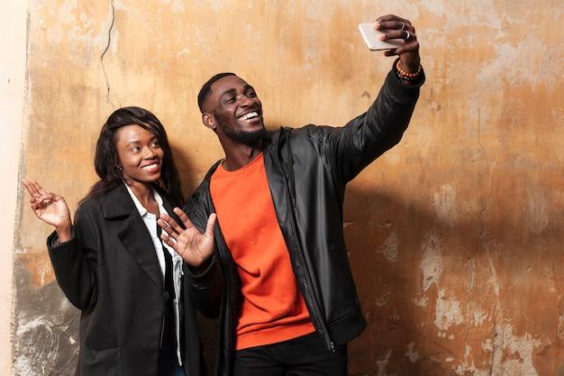 Beau Couple Afro-américain Prenant Selfie Photo gratuit
