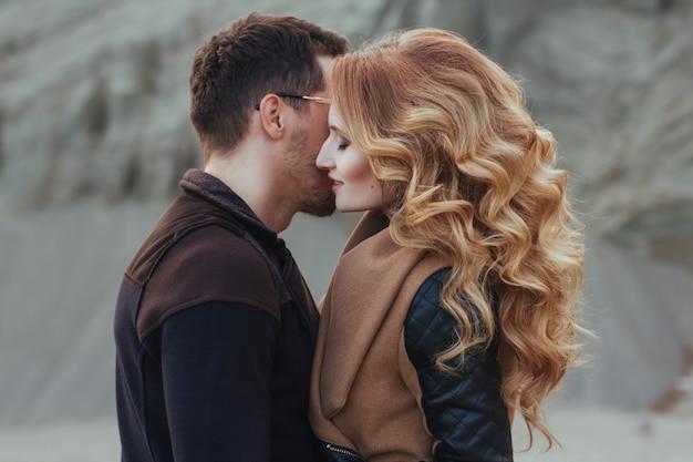 Beau couple amoureux le jour de la saint-valentin. Photo Premium