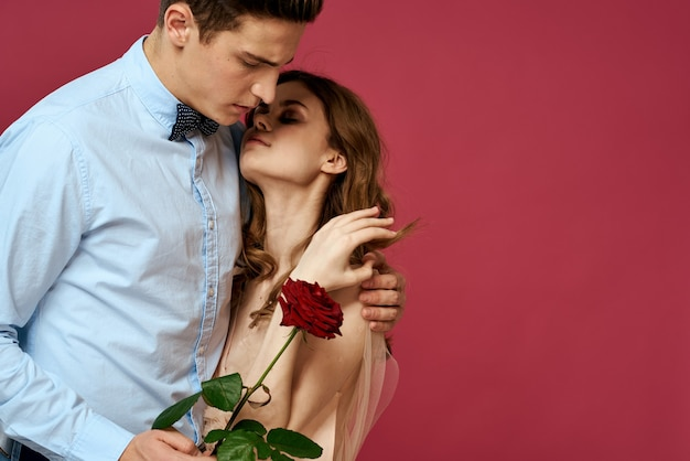 Beau Couple Avec Cadeau Rose étreignant Photo Premium