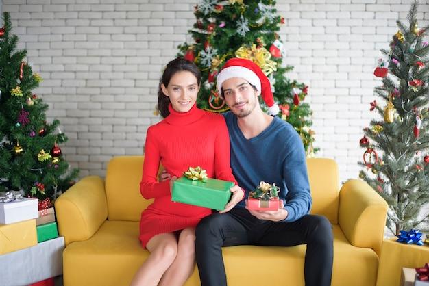 Beau Couple Célébrant Noël à La Maison Photo Premium