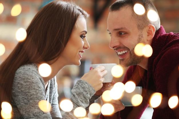 Beau Couple Dans Un Café Photo gratuit