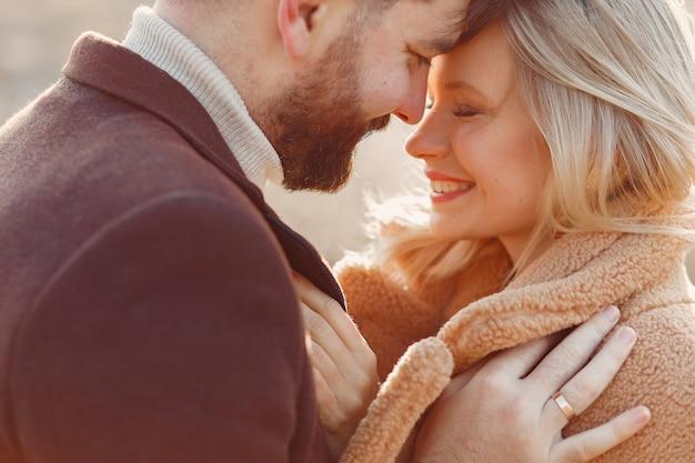 Beau Couple Dans Un Champ De Printemps Photo gratuit