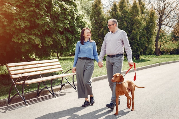 Beau couple dans une forêt en été avec un chien Photo gratuit