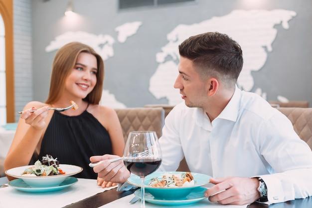 Beau couple dans un restaurant Photo Premium