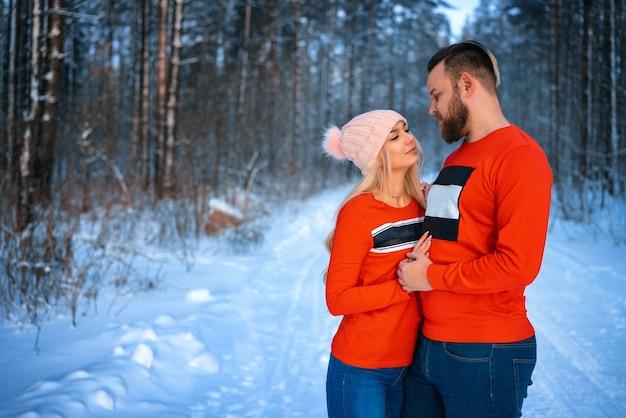 Beau couple, debout, bras dessus bras dessous Photo Premium