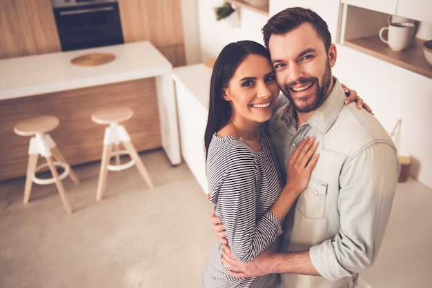 Beau couple embrasse Photo Premium