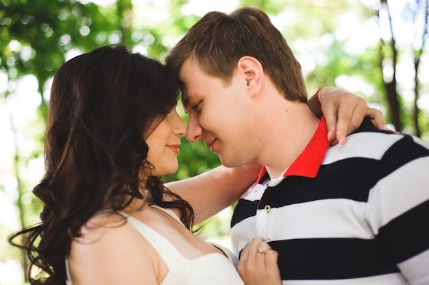 Beau couple heureux dans un parc d'été. Photo Premium