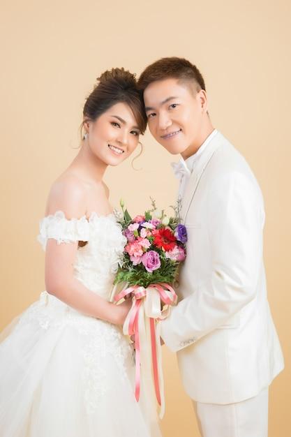 Beau couple heureux en mariage en studio Photo gratuit