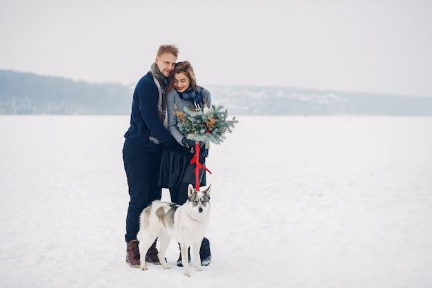 Beau Couple Jouant Avec Un Chien Photo gratuit