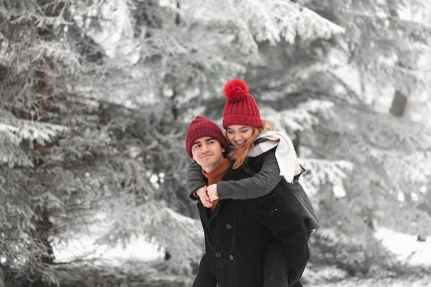 Beau Couple, Jouer, Dehors, Plan Moyen Photo gratuit