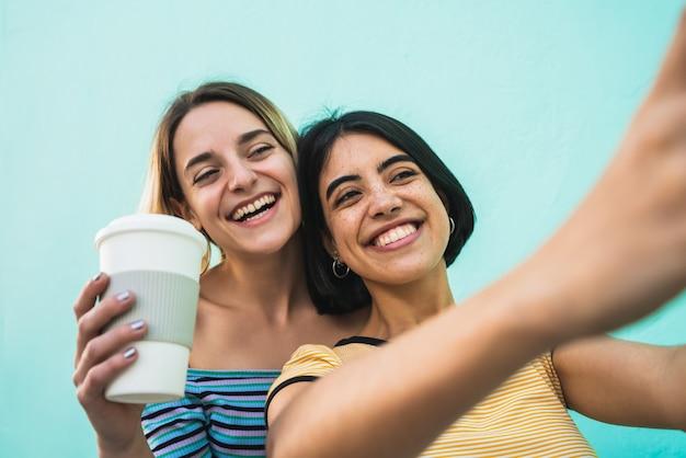 Beau Couple Lesbien Prenant Un Selfie Avec Téléphone. Photo Premium