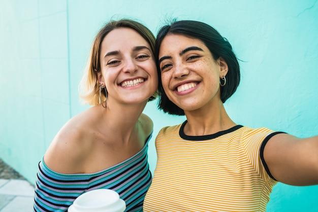 Beau Couple De Lesbiennes Prenant Un Selfie Photo Premium